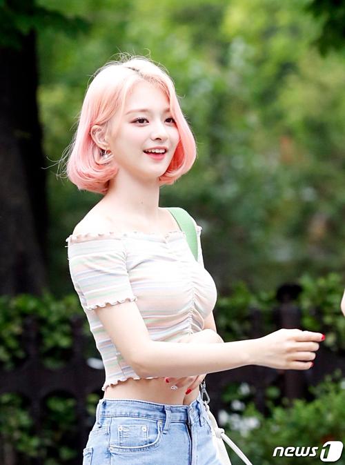 Na Kyung gây sốt thời gian gần đây nhờ ngoại hình như búp bê.