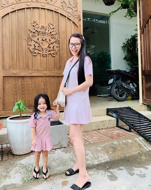Hải Băng diện đồ hồng nhí nhảnh giống hệt cô con gái xinh xắn.