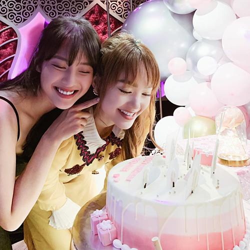 Khả Ngân chúc mừng sinh nhật Minh Hằng. Dù cách nhau cả chục tuổi nhưng cả hai vẫn xem nhau là bạn thân.