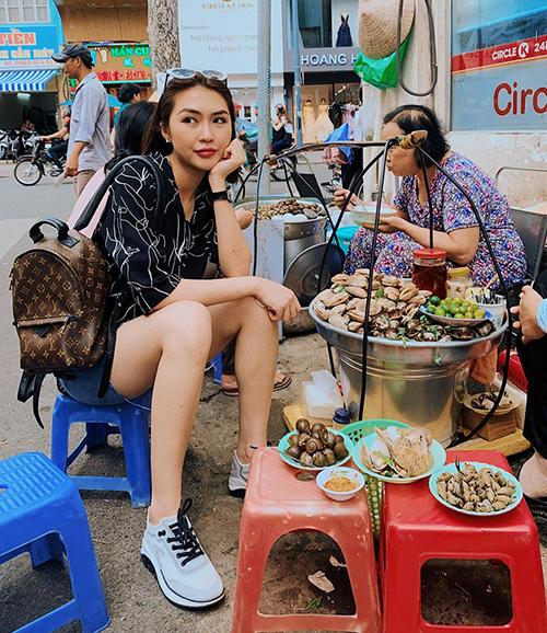 Tường Linh sang chảnh ngồi ăn ốc vỉa hè.