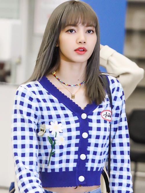 Áo croptop kẻ caro màu xanh tím hết sức bình thường bỗng gây chú ýkhi được nữ rapper người Thái lăng xê.