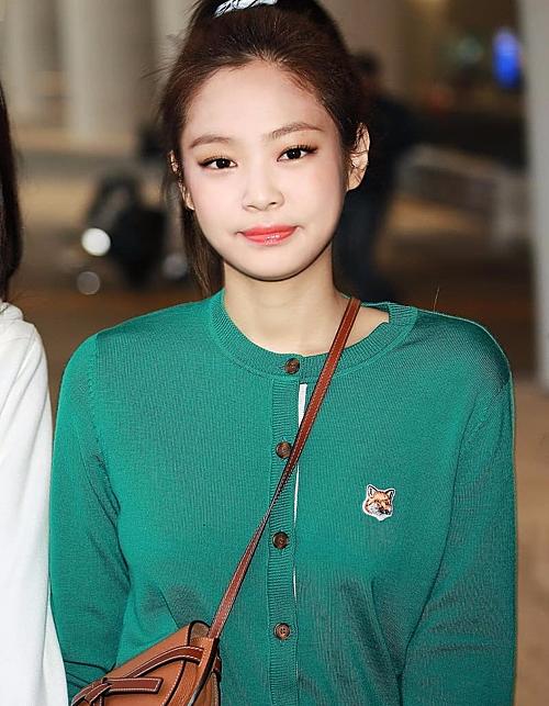 Jennie vẫn tỏa sáng tại sân bay dù diện chiếc áo cardigan màu xanh cổ vịt không mấy đặc sắc. Chanel sống chứng minh thần thái đẳng cấp cân mọi item.