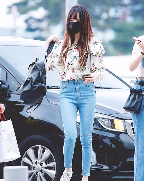 Chiếc backpack da bê 39,3 triệu của Balenciaga được Yuju (Gfriend) chọn diện tại sân bay vào đầu tháng 6.