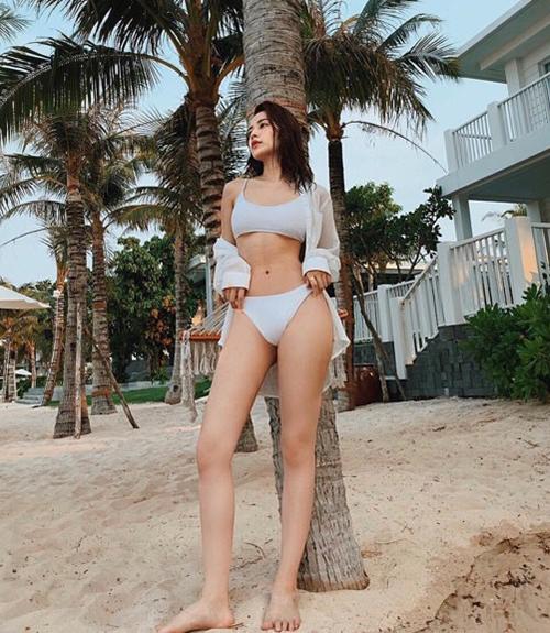 Thời gian gần đây, Chi Pu thường xuyên diện bikini, tôn lên đôi chân mảnh mai, vòng eo con kiến nổi cơ bụng săn chắc.