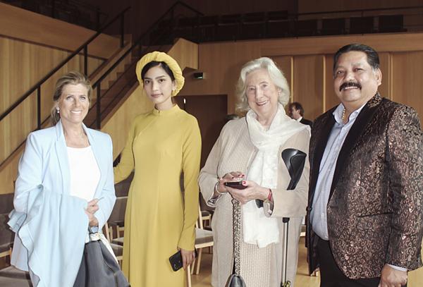 Trương Thị May mặc áo dài vàng thanh lịch của NTK Đinh Văn Thơ. Cô dự sự kiện cùng nhà sản xuất phim Raja Ramani (ngoài cùng bên phải), người vừa cùng cô tham dự LHP Cannes 2019.