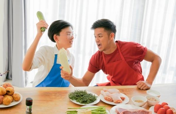 Thanh Hải là con nhà người ta với khả năng nấu nướng điêu luyện, được học hỏi từ nhỏ. Cậu bạn sinh năm 2003 này vui vẻ nhận lời Trọng Hiếu cũng vì muốn biết tài nghệ của một ca sĩ nổi tiếng.