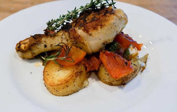 Hai chàng trai chọn cho mình những món ăn sở trường và không ngừng thi đua thể hiện các kỹ năng nấu ăn độc quyền. Trọng Hiếu chọn nguyên liệu gà và thực hiện món gà rán.