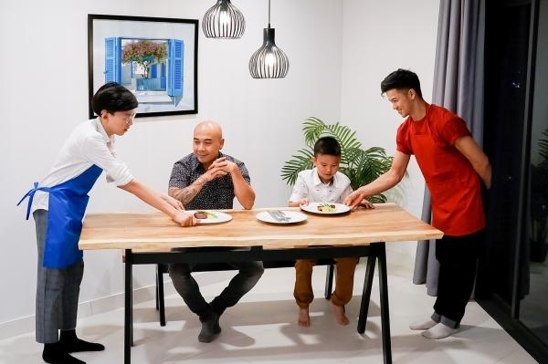 Căn bếp của hai chàng trai còn đặc biệt hơn nữa với sự tham gia của hai giám khảo Thanh Hòa - Vua đầu bếp Việt Nam và chú bé biết tuốt Minh Khang. Kết quả cuối cùng, Trọng Hiếu được ưu tiên nên giành chiến thắng.