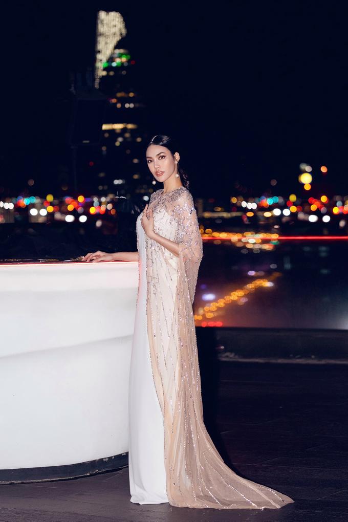 """<p> Lan Khuê đang mang thai ở tháng thứ 5. Trước đây cô ít chọn váy suông để mặc nhưng bây giờ lại là """"fan"""" của style này.</p>"""