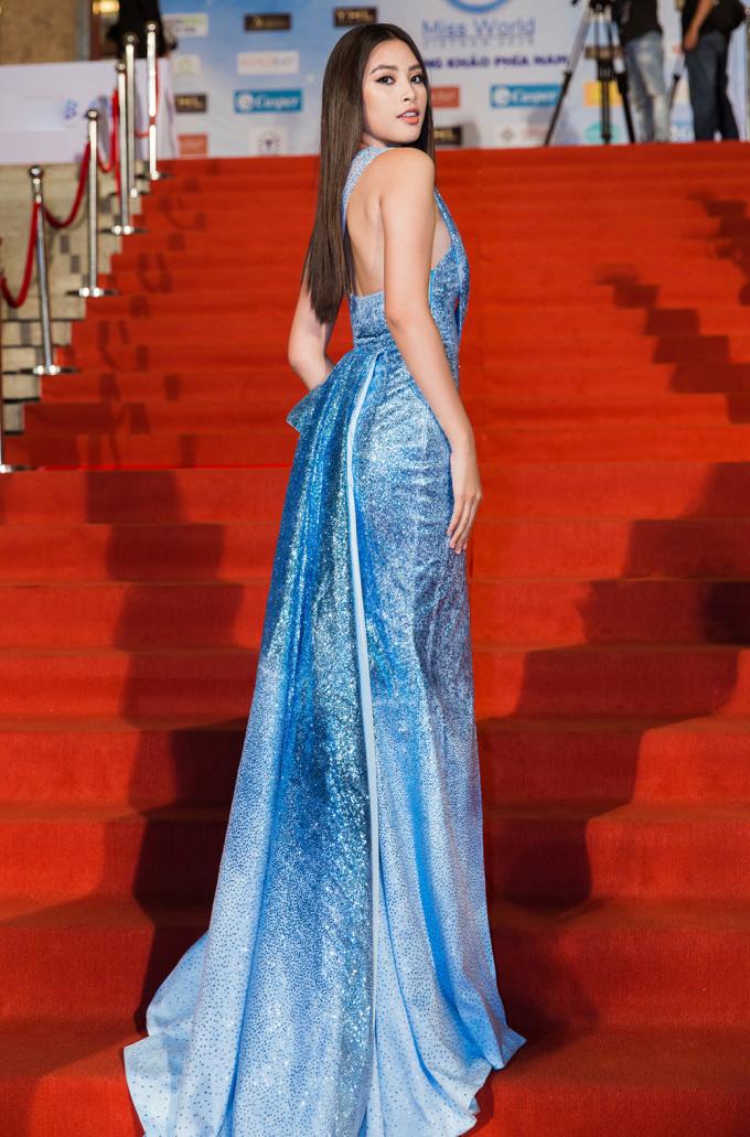 <p> Hoa hậu Tiểu Vy xuất hiện trong chiếc đầm xanh của NTK Đỗ Long.</p>