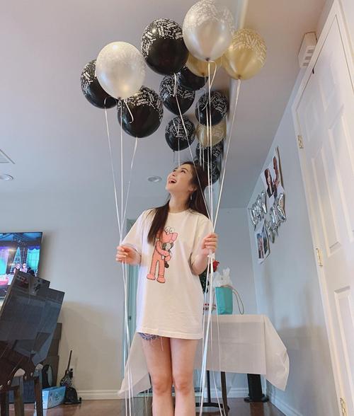 Hương Tràm hớn hở chụp hình trong tiệc sinh nhật bạn thân chẳng khác gì sinh nhật mình.