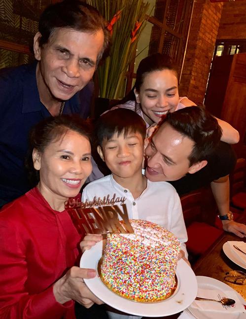 Hà Hồ và Kim Lý cùng tổ chức sinh nhật cho Subeo. Bố mẹ nữ hoàng giải trí cũng góp mặt để chúc mừng cháu trai.