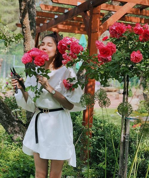 Vào vườn chăm hoa giúp bố mẹ chồng, Kỳ Hân tranh thủ sống ảo đủ kiểu.