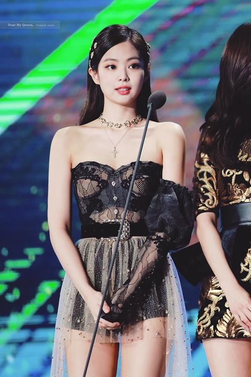 Jennie (Black Pink)là một trong những mỹ nhân sở hữu bờ vai vuông vứcnổi tiếng Kbiz. Nữ idol cóđường vai rẽ góc 90 độ sắc nét và xương quai xanh quyến rũ.Nhiều fan nhận xét, bờ vai của Jennie là một tuyệt tác, vừa thẳng vừa thon gọn nuột nà lại có cầu vai tròn trịa. Nhờ đặc điểm cơ thể này, Jennie dễ dàng diện đẹp những thiết kế trễ vai hoặc áo bó sát.