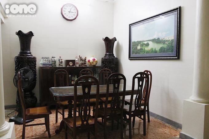 <p> Không có bộ bàn ghế mây hoài cổ như trong phim, phòng khách ngoài đời thực có bộ bàn ăn lớn và hiện đại hơn. Chiếc tủ gỗ vẫn được trưng dụng nhưng một số vật nội thất được giản lược để phù hợp với gia cảnh bình dị của bố con ông Sơn.</p>