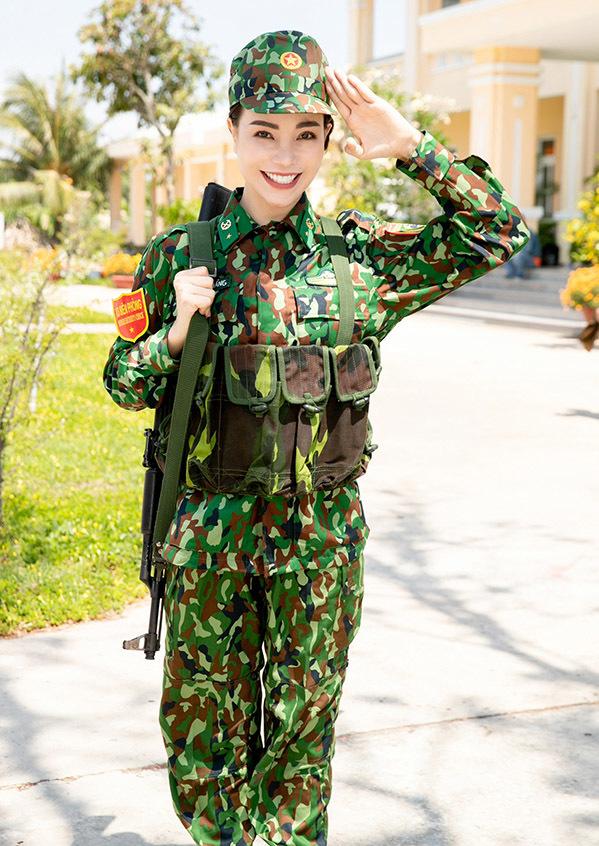 """<p> <a href=""""https://ione.net/photo/phong-cach-sao/tra-ngoc-hang-nhu-gai-doi-muoi-khi-xuong-pho-ngay-he-3925775.html"""" rel=""""nofollow"""">Trà Ngọc Hằng</a> tham gia chương trình<em> Chúng tôi là chiến sĩ</em>. Tại trụ sở Bộ chỉ huy bộ đội biên phòng tỉnh Tiền Giang, cô mặc quân phục, sẵn sàng làm nhiệm vụ cùng những đồng đội mới.</p>"""