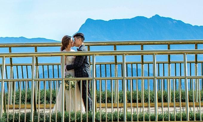 """<p> Cả hai trao nhau nụ hôn lãng mạn giữa khung cảnh nên thơ. """"Ngay từ ngày đầu đặt chân đến nơi này, mình đã thầm nguyện sau này sẽ được chụp ảnh cưới ở đây. Hôm nay mình đã đặt được mong muốn đó"""", Tú Tri chia sẻ.</p>"""
