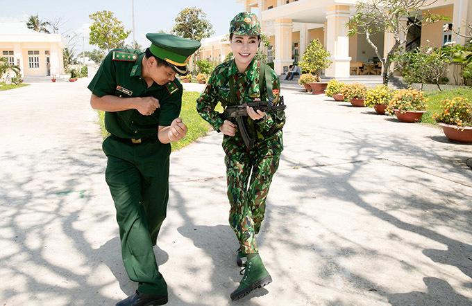 <p> Trà Ngọc Hằng được một cán bộ chiến sĩ hướng dẫn cách cầm súng, di chuyển để tránh bị kẻ thù phát hiện.</p>