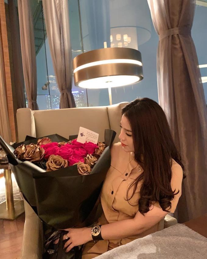 """<p> """"Vợ sắp cưới"""" của Bùi Tiến Dũng có cuộc sống sang chảnh. Cô là người duy nhất trong số các bạn gái của dàn cầu thủ Việt Nam bay sang Dubai để đón bạn trai. Trong chuyến đi, Khánh Linh cũng """"nhân tiện"""" đi mua sắm cùng Bùi Tiến Dũng.</p>"""