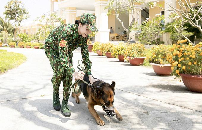 """<p> Sau khi được hướng dẫn huấn luyện chó nghiệp vụ, cô ra hiệu lệnh, chỉ huy, tác chiến bên những """"chiến sĩ bốn chân"""".</p>"""
