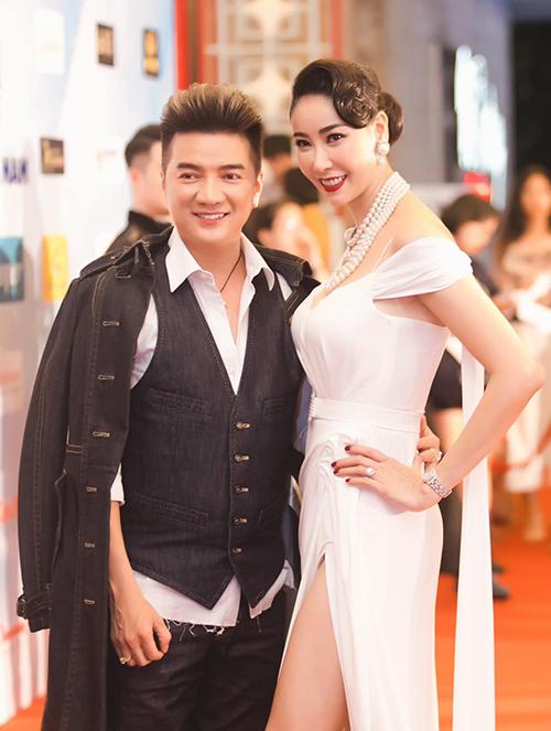Đàm Vĩnh Hưng và Hoa hậu Hà Kiều Anh chụp ảnh khi cùng xuất hiện ở sự kiện.