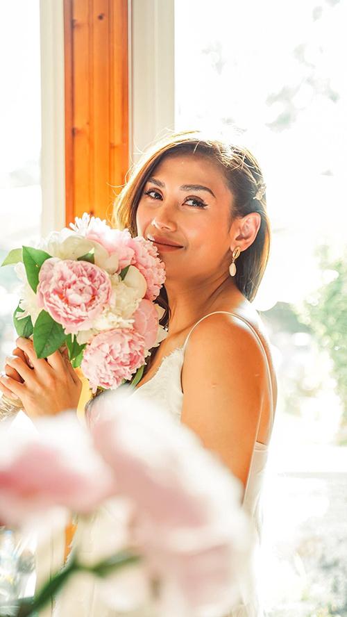 Võ Hoàng Yến nữ tính bất ngờ khi chụp ảnh với hoa.