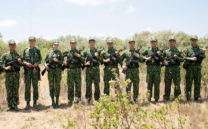 <p> Cô chụp ảnh kỷ niệm cùng các chiến sĩ trên thao trường.</p>
