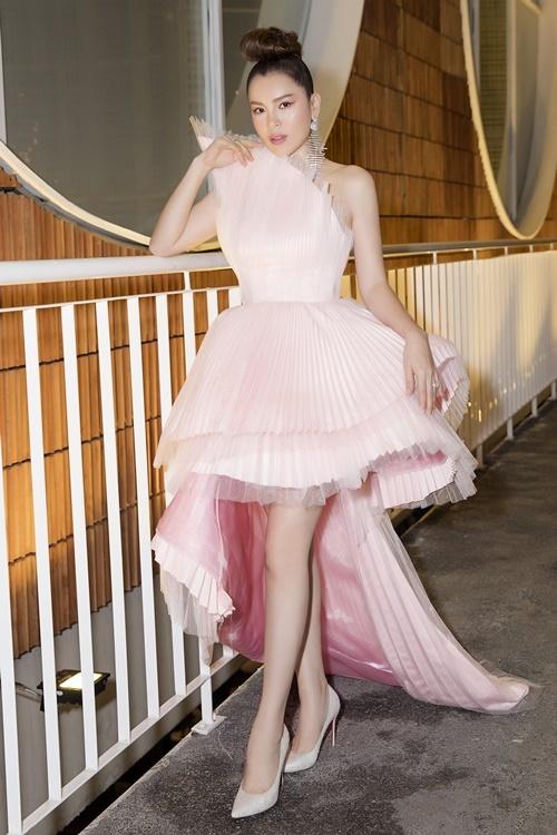 Có mối quan hệ thân thiết với Thu Minh khi cùng làm đại sứ cho một thương hiệu mỹ phẩm cao cấp Nhật Bản, Phương Lê góp mặt trong showcase I am diva của nữ nghệ sĩ tối tối 21/6.