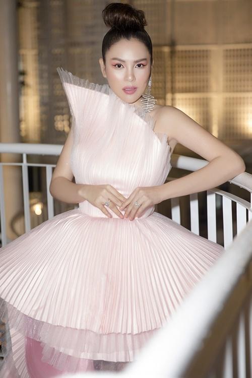 Phương Lê diện bộ váy xếp nếp cầu kỳ, gam màu hồng pastel của NTK nguyễn Tiến Truyển. Thiết kế với kỹ thuật dựng form độc đáo có giá hơn 30 triệu đồng.