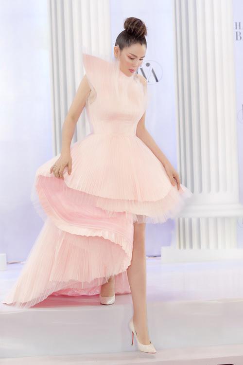 Phương Lê tiết lộhồng là gam màu yêu thích.Người đẹp Trà Vinh sở hữu một bộ sưu tập quần áo, phụ kiện gam màu hồng trong kho hàng hiệu.