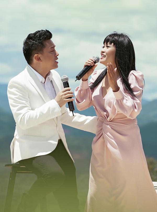 <p> Sự diễn xuất tình tứ, ngọt ngào của cả hai ca sĩ cũng khiến MV trở nên thu hút hơn.</p>