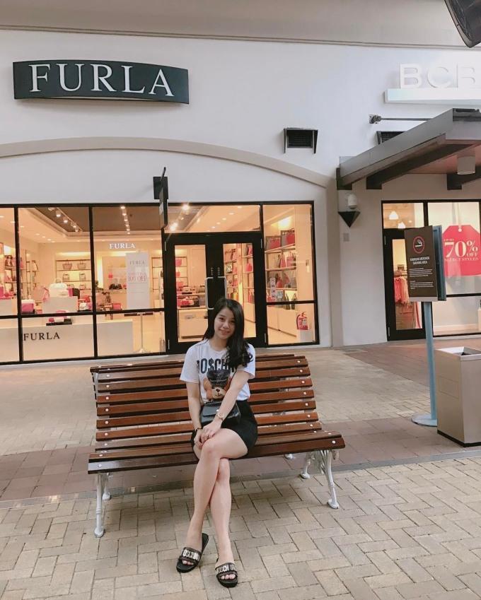 <p> Khánh Linh yêu thích style áo thun mix cùng chân váy. Nhìn đơn giản nhưng đây cũng toàn là hàng hiệu.</p>