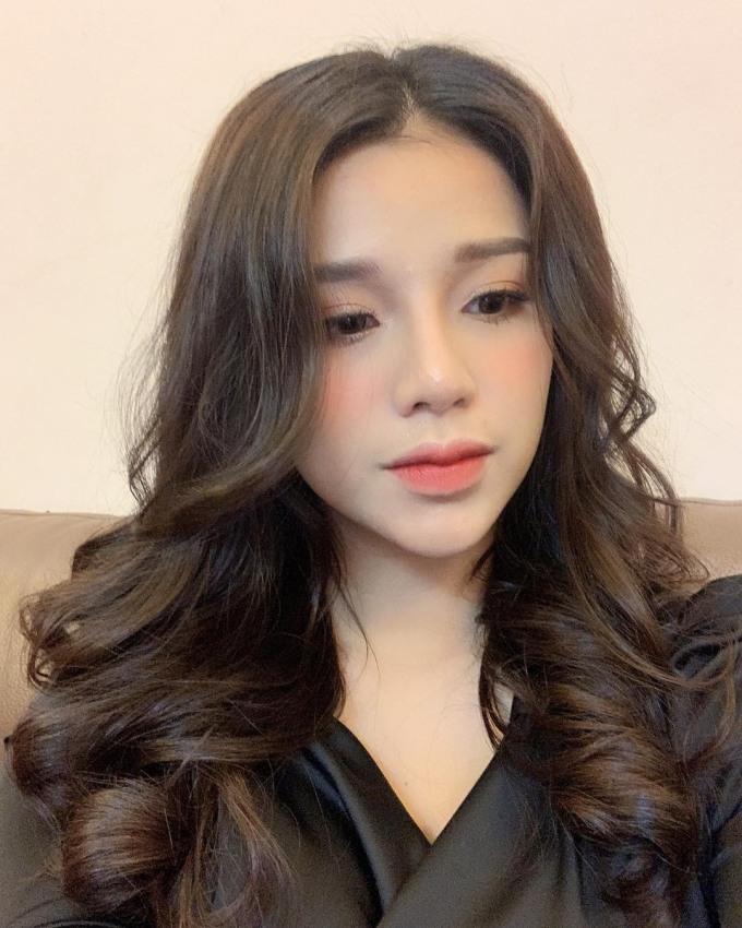 <p> Nguyễn Khánh Linh sinh năm 1997, từng có một thời gian du học ở Singapore. Sau khi về nước, cô tiếp quản công việc của gia đình. Hiện cô làm quản lý cho một khách sạn lớn tại TP Bắc Ninh.</p>