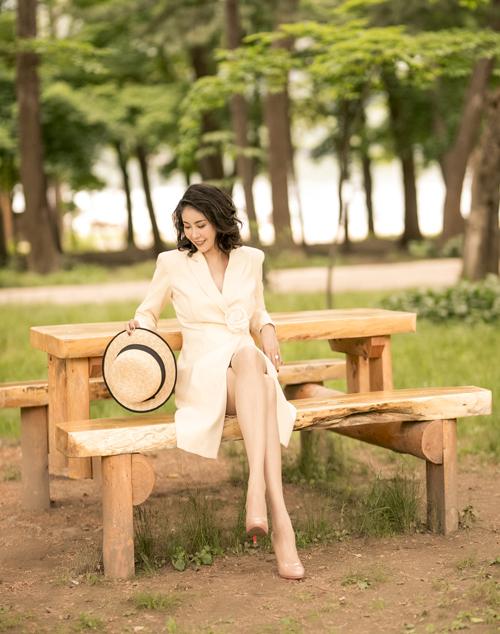 Hoa hậu Hà Kiều Anh yêu kiều trong trang phục tông be đậm chất cổ điển.
