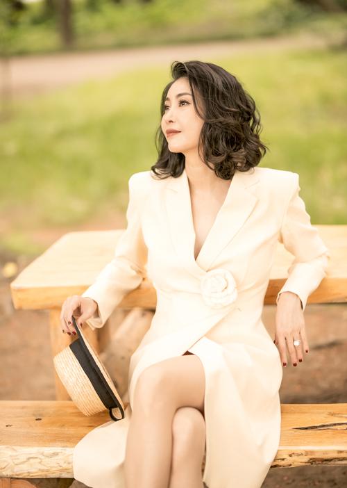 Ở tuổi 43, Hoa hậu Việt Nam 1992 được khen ngợi có nhan sắc không tuổi, biến hóa được nhiều hình ảnh khác nhau.