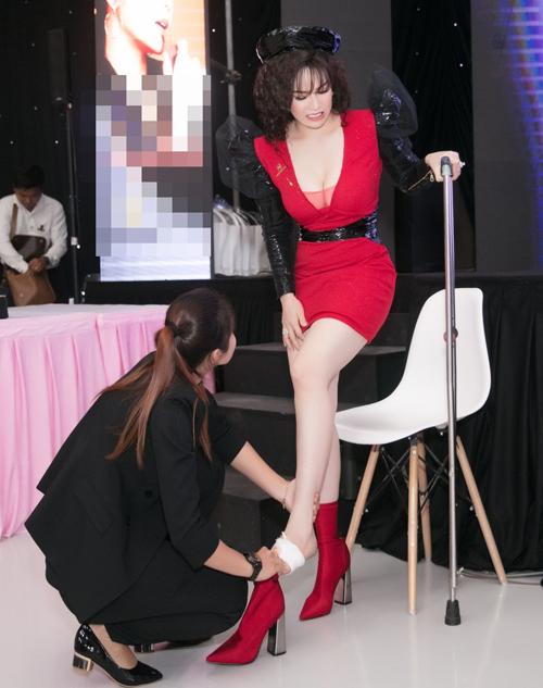 Ít ai biết sau hậu trường, người đẹp phải chống nạng để đi lại.rước ngày tổ chức sự kiện, nữ ca sĩ gặp chấn thương ở bàn chân. Do cửa kính trong nhà bị vỡ và không may mảnh kính lớn đã đâm xuyên thẳng vào chân Nhật Kim Anh làm chảy máu rất nhiều, thậm chí nhiễm trùng và mưng mủ suốt những ngày qua. Tuy đã được đưa tới bệnh viên để xử lý vết thương và theo dõi nhưng trong sự kiện quan trọng này Nhật Kim Anh di chuyển rất khó khăn.