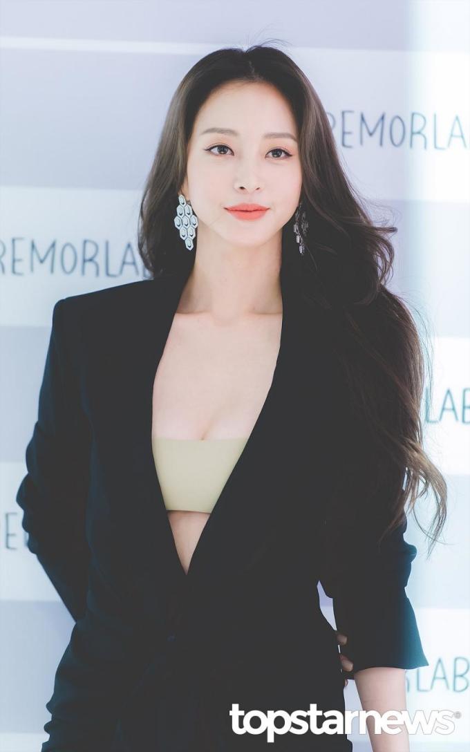 <p> Han Ye Seul có khuôn mặt vừa đáng yêu, ngây thơ nhưng cũng vừa quyến rũ - một khuôn mặt với những đặc điểm mà công chúng thích. Nữ diễn viên chịu khó đổi tạo hình, ''cân'' được mọi màu tóc nổi độc lạ.</p>