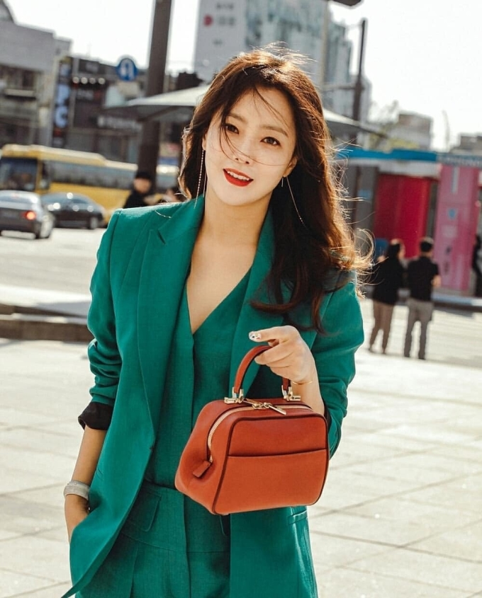 <p> Một bác sĩ phẫu thuật thẩm mỹ đã ngợi khen Kim Hee Sun là người phụ nữ đẹp trăm năm có một. Tất cả những bộ phận như mắt, mũi, miệng đều cân đối, tạo sự hài hòa trên khuôn măt.</p>