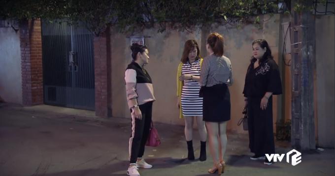 """<p> Cổng nhà là nơi diễn ra nhiều tình huống trong phim, trong đó có cảnh Thư bị một nhóm phụ nữ """"dằn mặt"""" vì bán kem trộn kém chất lượng.</p>"""