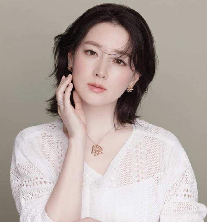 <p> ''Nàng Dae Jang Geum'' Lee Young Ae là sự kết hợp hoàn hảo giữa nét đẹp phương Tây và phương Đông. Nữ diễn viên là gương mặt quảng cáo có thu nhập hàng đầu xứ sở kim chi.</p>