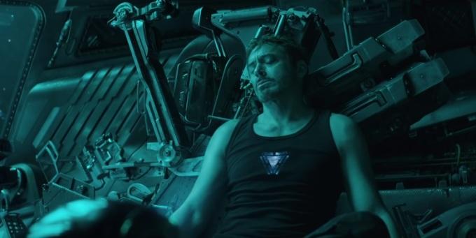 <p> Khi Tony thu âm tin nhắn cho vợ, trông anh khá yếu vì tàu đã dần cạn kiệt đồ ăn, thức uống và oxy. Nhưng cơ thể anh vẫn đầy đặn. Tất cả trailer đều cho thấy một Tony có da có thịt, chỉ hơi mệt mỏi một chút khi ở trên tàu không gian. Thực chất trong phim, thân hình anh gầy rộc, trơ xương, khuôn mặt hốc hác vì gần một tháng mắc kẹt ngoài vũ trụ.</p>