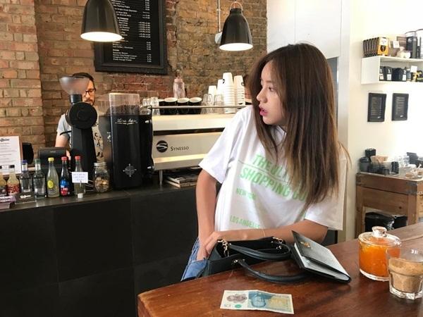 Hye Ri khiến fan bật cười với hành động và biểu cảm như thể đi ăn quên mang tiền.
