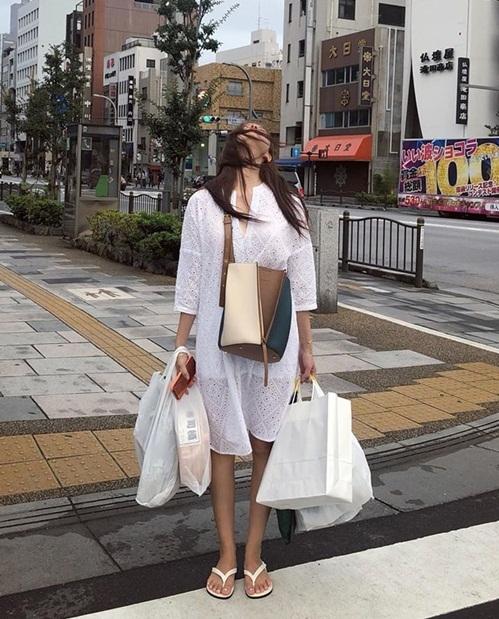 Hyo Min khoe chiến lợi phẩm shopping sau một hồi dạo chơi Tokyo.