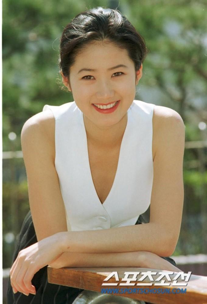 <p> Năm 1980, Shim Eun Ha là đại diện nhan sắc của Hàn Quốc. Khuôn mặt U-line bầu bĩnh, nụ cười ngọt ngào giúp nữ diễn viên trở thành hình mẫu trong mơ của phái nam.</p>