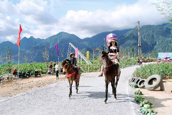 Lần đầu tiên trong một giải đua ngựa, khán giả được trở thành những tay đua. Dù được đứng bên cạnh vuốt ve chú ngựa vùng cao Tây Bắc hoặc làm kỵ sỹ cưỡi ngựa thồ đi một vòng đường đua... là những trải nghiệm không thể nào quên cho du khách đến Sun World Fansipan Legend dịp này.