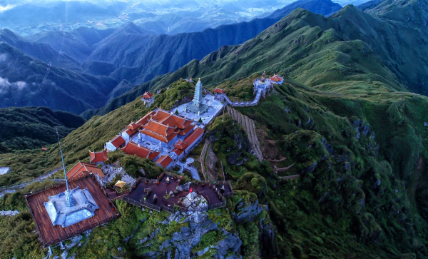 Chạm tay vào đỉnh thiêng Fansipan, giữa đất trời lộng gió ở nơi cao nhất Đông Dương, chuyến đi Fansipan giữa mùa hè này đã để lại nhiều dấu ấn trong lòng du khách.