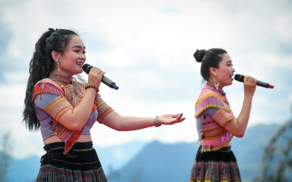 Không chỉ trở thành kỵ sỹ, du khách còn được sống trong những khoảnh khắc Tây Bắc thật sự, khi thưởng thức những bài ca, điệu múa vùng cao, qua các tiết mục nghệ thuật do chính bà con dân tộc nơi đây biểu diễn.