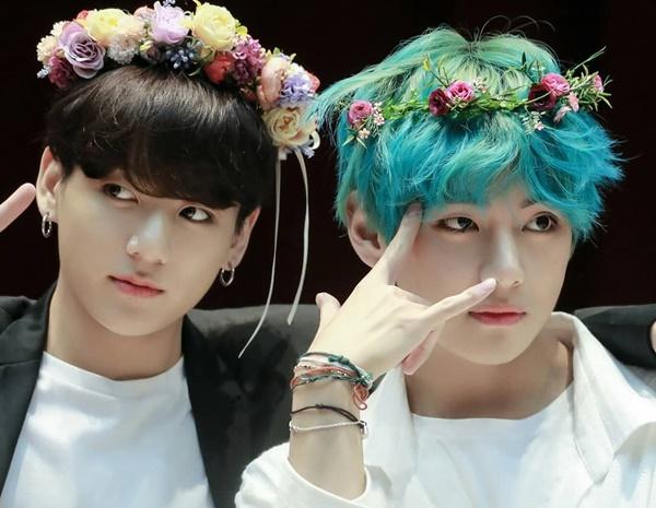 V và Jung Kook cũng là cặp đôi mỹ nam quyền lực của BTS. V từng được bình chọn là người đàn ông đẹp trai nhất thế giới còn Jung Kook giành vị trí thứ nhất trong top những người nổi tiếng quyến rũ nhất hành tinh.