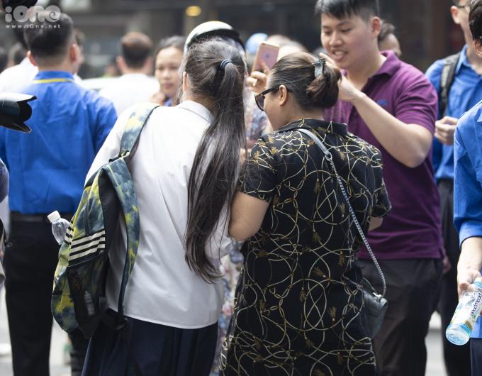 <p> Cô bé được mẹ đón về sau bài thi môn Ngữ Văn tại điểm thi THPT Chu Văn An.</p>