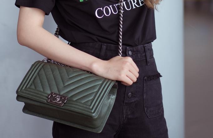 <p> ... và chiếc túi Chanel với giá $6.500 (hơn 150 triệu đồng).</p>